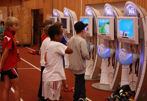 De var många i den yngre generationen som ville testa bowlingspelen