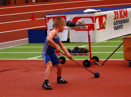 En ung brottare i farten. Han provade på det mesta i Friidrottens Hus: brottning, fotboll, höjdhopp och en personlig variant av kulstötning...