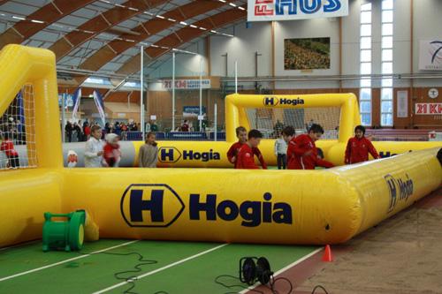 Det spelades innefotboll i Friidrottens Hus hela eftermiddagen! En och annan A-lagsspelare hoppade också in i spelet.