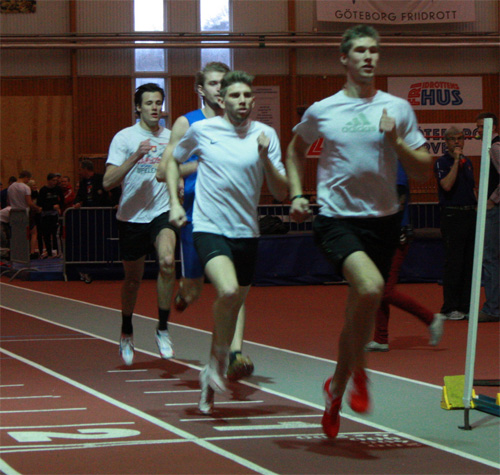 Träningsmatadoren Daniel Skatt i täten före de landslagsmeriterade herrarna Francois, Åstrand och Carbe. De körde en stentuff intervall bestående av 2x600m + 4x200m + 3x300m och gav besökarna en lektion i vad tuff 400m-träning innebär.
