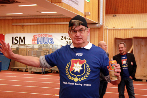 Utan att riktigt veta vad det är Lasse Ljungberg måttar upp så verkar han i alla fall relativt tillfreds med tillvaron.