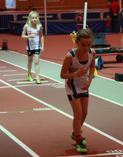 Här har vi två laddade unga damer inför sitt 200m-lopp. Innerst Alva Bengtström (född 2003) som sprang på 36.31 och närmast kameran Cajsa-Stina Strand (född 2004) som hade 37.22!