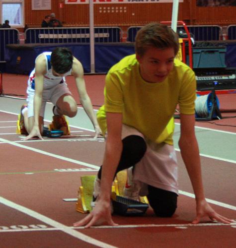 Viggo Hansson (född 99) i blocken för sitt livs första 200m-lopp. Det resulterade i fina 28.42. Allra snabbast av killarna var Max Hejdenberg som visslade runt på 25.57.