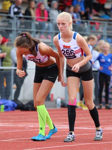Rebecca och Sandra sekunden före start på 800 meter