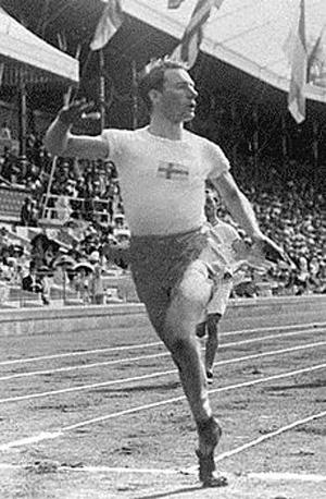 En av ytterst få bevarade bilder på Knatten visar honom vid OS på Stadion 1912.