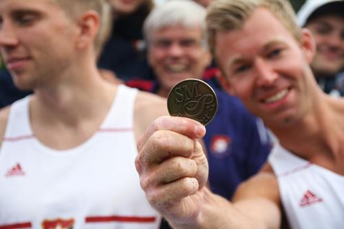 """Efter många års """"nosningar"""" fick Erik Olsson äntligen sin SM-medalj. Nu skall han bygga en speciell SM-medaljhylla hemma i lägenheten. Där skall det fyllas på med medaljer de närmsta åren... Med 6.96m tog Erik tre stadiga poäng och framför allt besegrade han Ullevis man."""