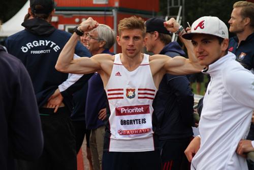 Felix spände musklerna på läktaren efter seger på 400m. Hoppreserven Artur är impad!