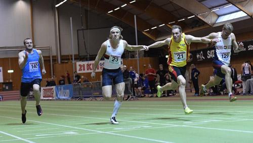 Oliwer Åstrand tätt i hälarna på svenske mästare Fredrik Samuelsson (nr 23)