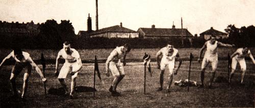 1901 använde man fortfarande stående start på 100m. Här ett lopp på Balders Hage med Knatten längst till vänster.